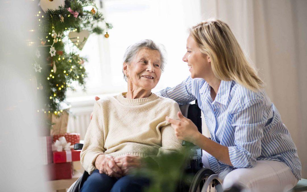 signora anziana in compagnia durante periodo natalizio