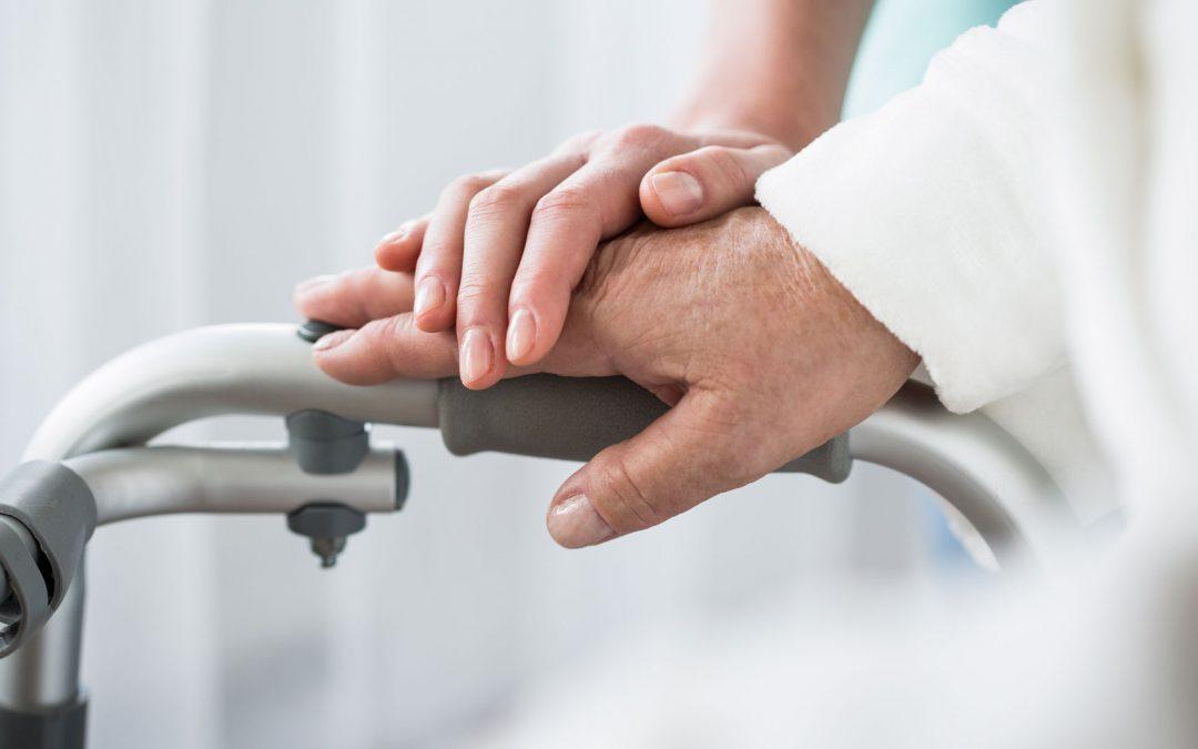 mani di infermiera che aiuta anziana