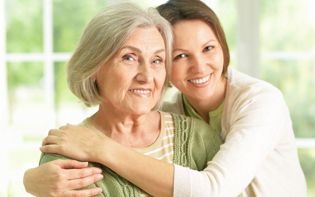 ragazza abbraccia signora anziana
