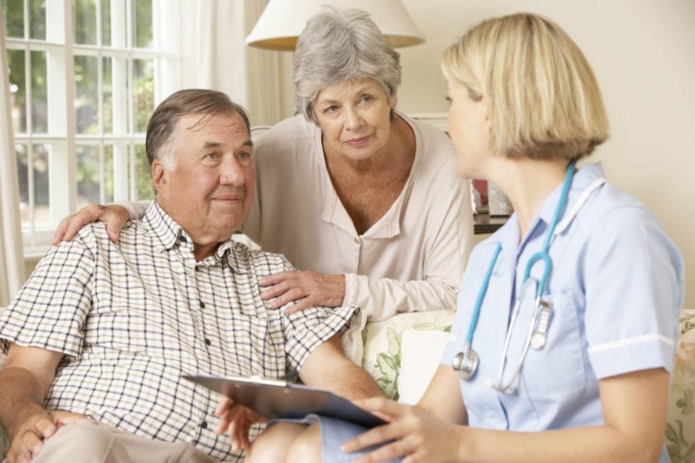 infermiera con coppia di anziani