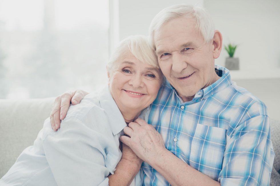 coppia di anziani abbracciati