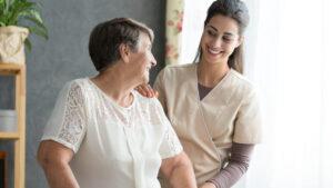 signora anziana e infermiera felici