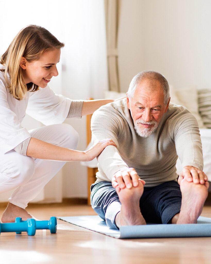 fisioterapia a un uomo anziano