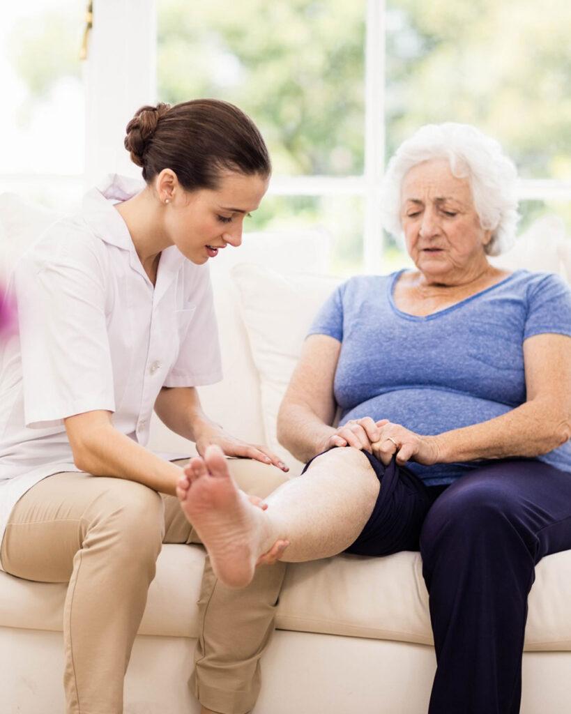 fisioterapia a una signora anziana