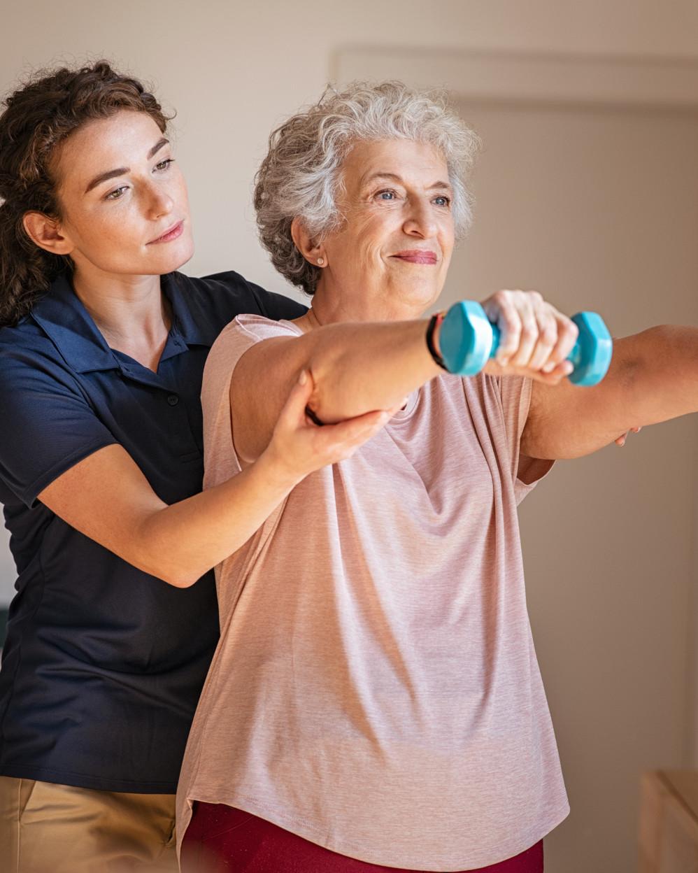 riabilitazione a signora anziana con pesi