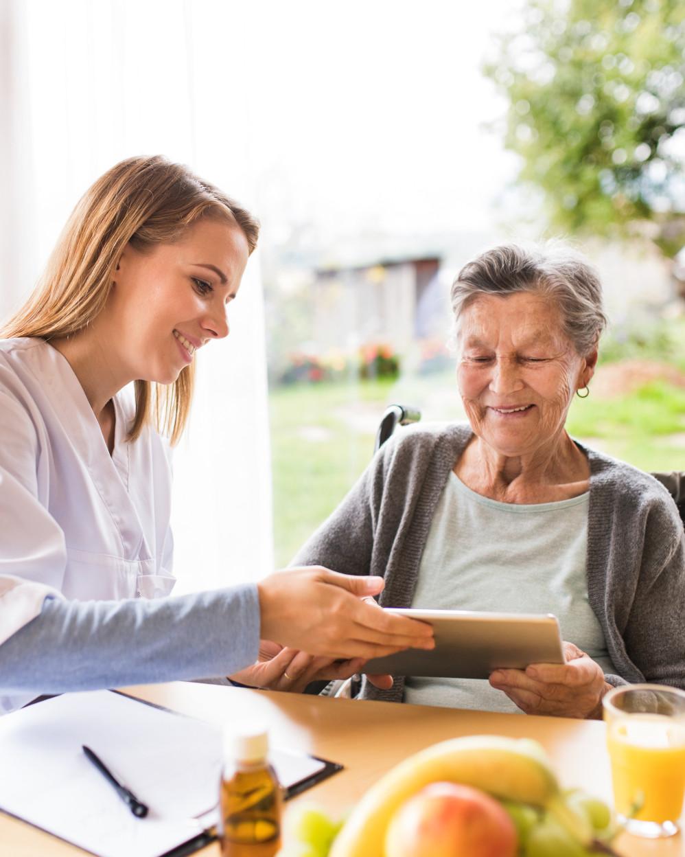 infermiera che supporta una signora anziana