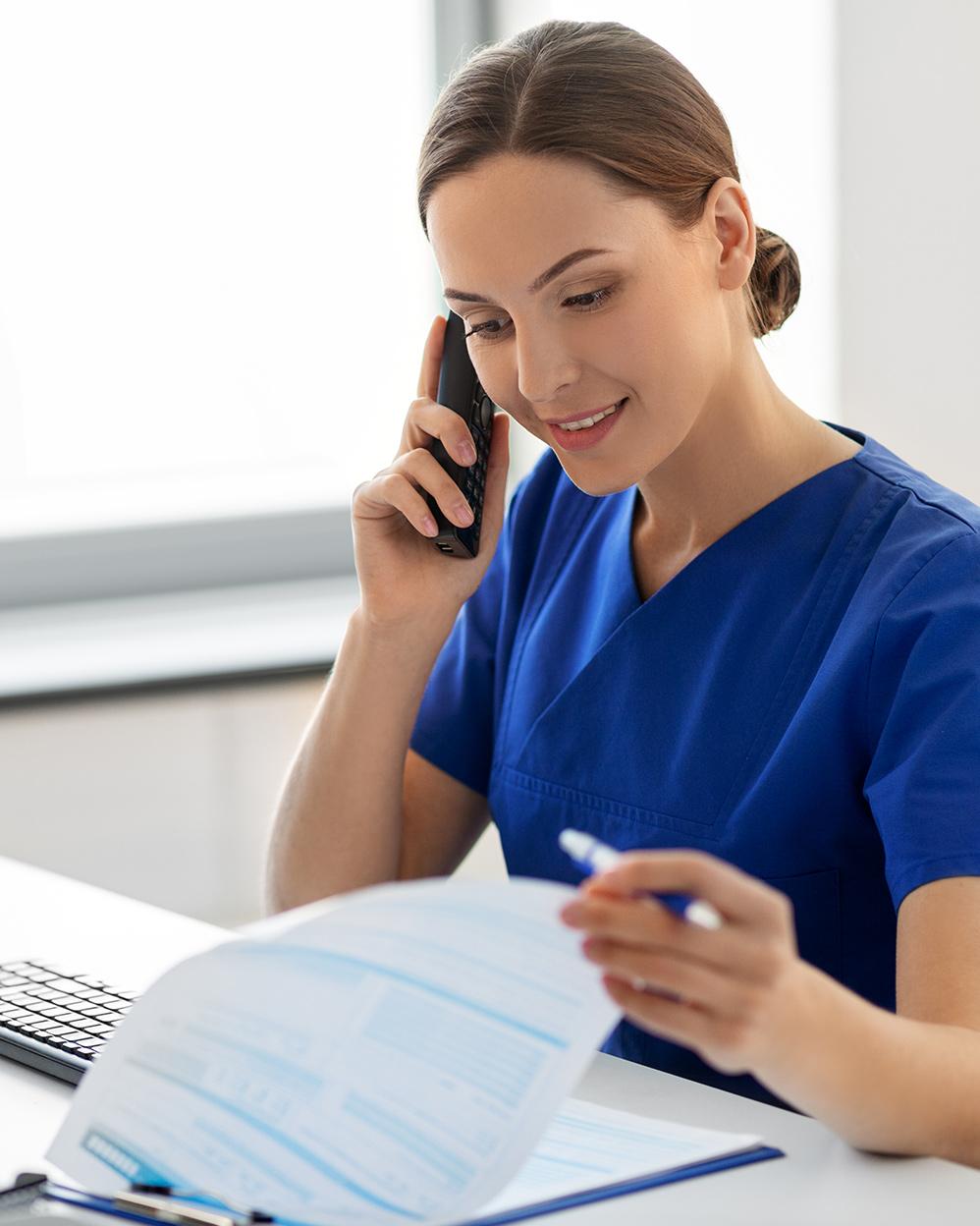 infermiera al telefono