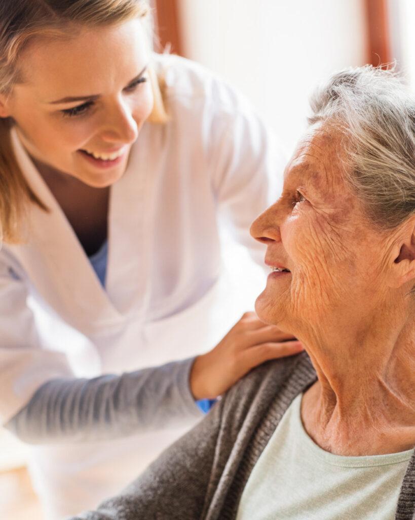 badante assieme a una signora anziana