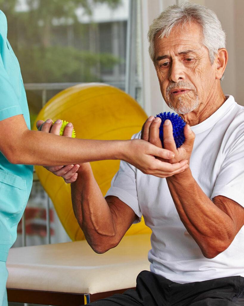 uomo anziano durante terapia occupazionale
